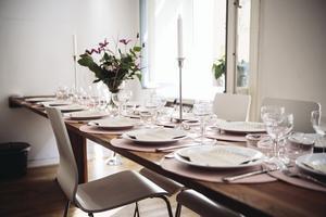Trots att lägenheten endast mäter 34 kvadratmeter är det ändå möjligt att ordna middagsbjudning för 16 gäster. Det platsbyggda matbordet går att fälla ut till dubbel storlek.Foto: Erik Simander/TT
