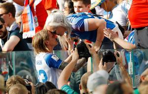Ari Skúlason firar med sin fru Erna efter det oavgjorda mötet med Argentina. Bild: AP.