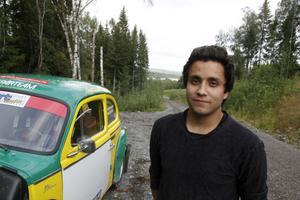 Adam Backström, Ludvika, växte upp i garaget hemma hos pappa Knaggen och det har gjort att han fortsätter som pappa gjorde, köra rally med Volvo PV.