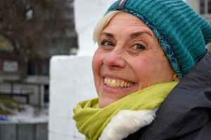 Nina Hedman ler mest hela tiden medan hon berättar om hur det är att skulptera i snö och is.