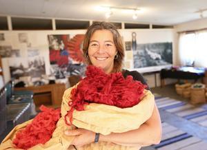 Sonia Bush i textilverkstadens butik med famnen full av färgad ull.
