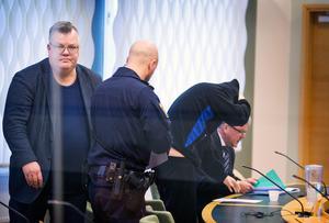 Bild från häktningsförhandlingen i Västmanlands tingsrätt. Åklagaren Carl-Johan Norström längst till höger i bild. Den misstänkte och hans advokat Martin Beskow till höger.