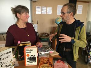 Karin Lundqvist hade stor förmåga att göra lyssnarna nyfikna på de många författarna från Härnösand. Gunnar Eklöf ville speciellt diskutera Doris Dahlins författarskap. Foto: Sven Lindblom