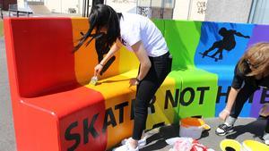 Här målas sista lagret färg på den regnbågsfärgade soffa. Foto: Skara kommun