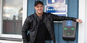 Patrik Andersson hoppas att flera i bostadsrättsföreningen ska välja att skaffa elbilar framöver. Nu finns det en laddningsstation vid kvarterslokalen.