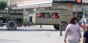 Eldin Cajo, 8 år i vit keps gillade att åka detta fordon. Han tyckte det kändes som de åkte fort.