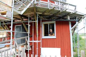 De gamla fönstren är skickade på renovering och fönsterfodren är ommålade till ursprungsfärgen bruten linoljevit.