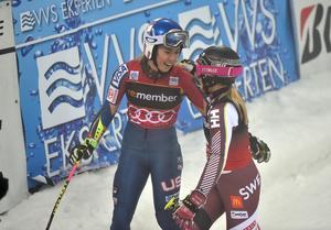 Amerikanska suveränen Mikaela Shiffrin och Frida Hansdotter kramas om efter sin semifinalduell.