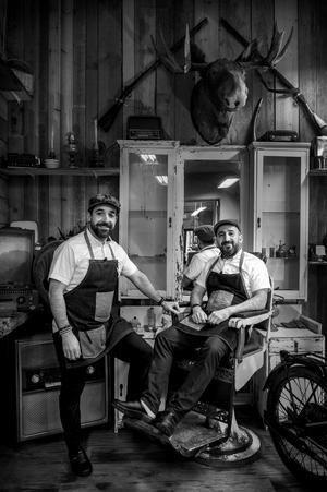 Bröderna och kompanjonerna Alan Jabri och Omad Barad trivs i deras salong på Köpmangatan i Sundsvall. Inredningen är speciell och fångar frisöryrket från förr.