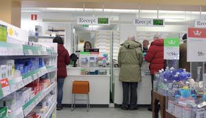 Den pensionerade apotekaren Roger Lindmark tycker att stora apotek, typ det i Lillänge borde låna ut apotekare till Föllinge så att apoteket där kunde hålla öppet. Foto Hasse Holmberg