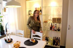 Jojjos föräldrar drev Orreforsbutiken i Gävle, hyllan i köket har hon ärvt efter dem.