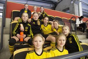 F08 Alsike IF vilade på läkaren mellan matcherna. Från vänster: Linnéa Erfäld, Julia Nässén Magnusson, Astrid Selhammer, Wilma Nordalen, Tyra Lambertz, Lisa Berg, Ebba Winblad, Josefine Ekström, Tilde Lindström och Rebecca Jakobsson.