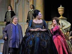 Vårens program inleddes i helgen med en direktsändning från Metropolitan i New York. Från vänster: Ambrogio Maestri, som Michonnet, Anita Rachvelishvili som prinsessan av Bouillon och Anna Netrebko som Adriana Lecouvreur i operan