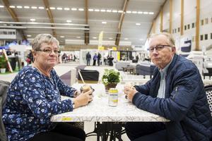 Karin och Lasse Storgård passade på att luncha på mässan.