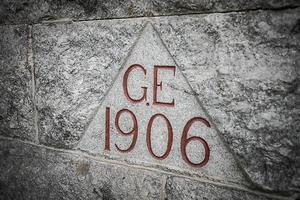 Initialerna G.E på jordkällaren står för Gustaf Ekström och årtalet när jordkällaren var klar.