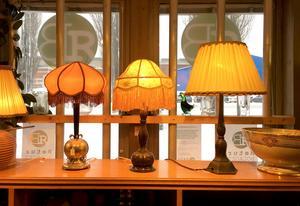 De två jugendlamporna till höger är designade av dansken Just Andersen.
