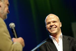 Gratulerade. Vinnaren Mikael Fredriksson hyllades av bland andra kommunstyrelsens ordförande Anders Ceder (S), till vänster. BILD: HÅKAN EKEBACKE