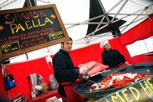 Ingrid Tilly syns knappt bakom de stora högarna av franska torkade korvar.Giada Danna bjuder på ett glatt leende när hon serverar paella.
