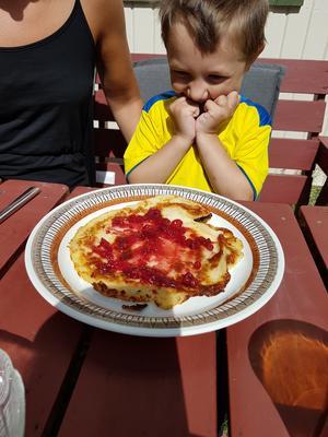 Mormors pannkaka med lingonsylt ute. När får jag börja äta ? Foto: Siv Larsson
