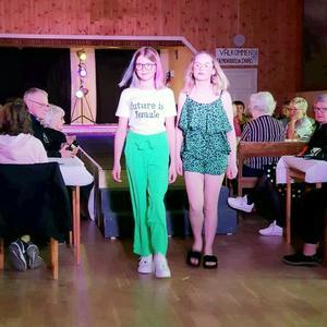 Nora Hedkvist och Elsa Zetterlund visade ungdomsmode med både kläder och skor.