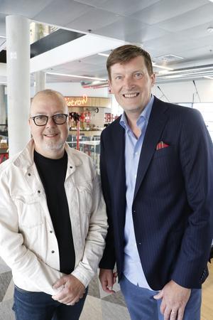 Journalisterna Tomas Jennebo, på Jenneboradio, och K-G Ekblom, som driver Örebro-kuriren.se, ligger bakom podden Örebropratarna. Arkivfoto.