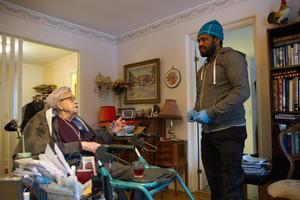 Besöket hos Hildur är lite mer än 30 minuter, och Mulle ger medicin, brygger kaffe och pratar. Idag handlar samtalet om Hildurs arbetsliv, och de skrattar ihop.