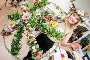 Maja Ljungstedt fick inspiration till blomparaplyet när hon såg lampskärmar klädda i mossa.