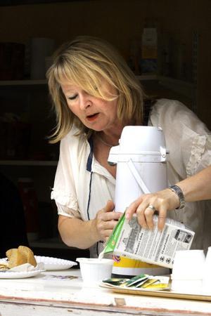 Ann-Britt Rosdahl är sommargranne med makarna Rondahl och serverar gärna kaffe för att hjälpa dem uppfylla drömmen om en visfestival.