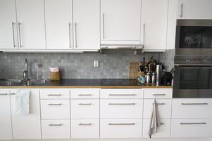Många väljer vita kök vid renovering eftersom man tänker att det passar fler köpare vid en framtida försäljning. Foto: Fredrik Sandberg/TT
