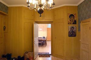 Delar av pärlsponten är i original och en vägg har inbyggda luckor för förvaring.