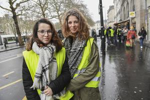 Rörelsen De gula västarna i Frankrike, bland annat i Nantes där Vicky Robert med sin dotter Léa Robert (8/12) har rest in till från byn Arthon en Retz för att protestera. Foto: Jonas Ekströmer / TT.