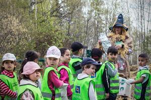 Förskoleläraren Susanne Martinsson har dagen till ära klätt ut sig till karaktären Skräp-Lisa.