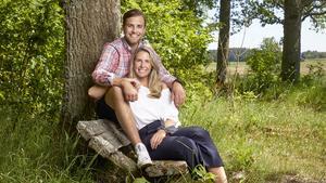 Kärlekssagan fortsätter. I en egen serie på Tv4 Play får vi följa livet på gården och renoveringen av det hus som Caroline och Joacim nu flyttat in i.