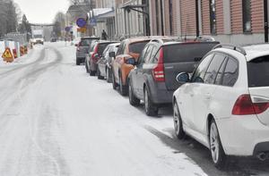 På Grevegatan får inte bilar hindra snöröjningen som sker natten mot torsdag.