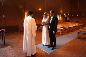 Victoria Willén och Fredrik Isacsson i Örebro hade länge haft giftermål i tankarna. Förra året passade de på tillfället, när Svenska kyrkan i Örebro anordnade drop in-vigsel i Adolfsbergs kyrka. Foto: Privat