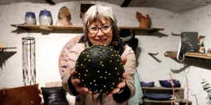 """""""Det här är en dekorationsboll, som jag bara satt lappar på med hjälp av nålar""""."""