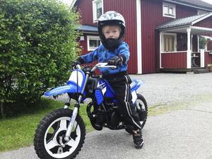 Bara fyra år gammal fick Simon Nyman sin första cross. Sedan dess har motorintresset bara växt.