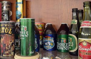 Ölflaskor och -burkar som kanske väcker många minnen hos dem som var med då det begav sig.
