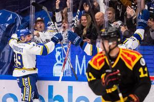 David Rundqvist jublar med sina fans efter att han gett Leksand en drömstart på klassikermötet.  Foto: Daniel Eriksson/Bildbyrån