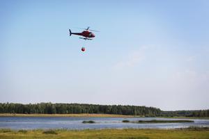 Foto: Julia BlomgrenHelikoptrar hämtade vatten från Rörbosjön 2014. En fördel med helikoptrar är att de kan hämta vatten i både stora och små vatten.