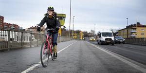 Kristina Florén cyklar varje dag från hemmet i Rosenlund till jobbet på Missionkyrkan. Hon känner sig piggare både hemma och på jobbet efter cykelturen.