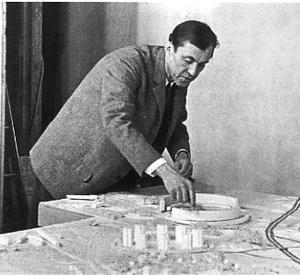 Arkitekten Sune Lindström 1955 med modellen till Näsbydal och Grindtorp i Täby utanför Stockholm. Foto: Jarl Ekenryd