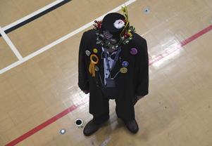 En medlem i Monster Raving Loony Party väntar på valresultatet.