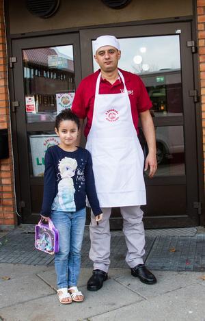 Sali, 7 år, följde med pappa Safwan Hasino när han öppnade Ljusdals Pizzeria.