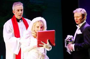 Facebook och Twitter – fenomen  i tiden som förtjänar en kommentar. Isabelle Pedersen gör den uppkopplade bruden, Patrik Zackrisson hennes tillkommande och Mats Hurtig prästen.