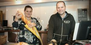 Snart färdigbakat. Mia och Arne Funk har beslutat att lägga ner butikens bageri på Torö. I framtiden ska brödet levereras till butiken från annat håll.