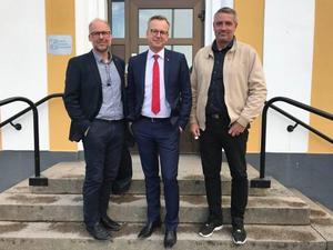 Riksdagsledamot Patrik Engström, näringsminister Mikael Damberg och Avestas kommunalråd Lars Isacsson (S) möttes upp vid Avestas stadshus.Foto: Privat