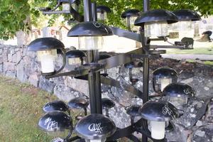 Flera av ljusbärarna i minneslunden har  fått en signatur på skyddskupan.