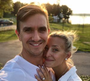 Mikael och Frida Backlund kommer som vanligt spendera sommaren i Västerås. Skillnaden är att man i år har med sig en tredje familjemedlem hem. Foto: Privat