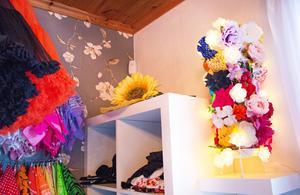 Karolinas dressingroom är fyllt av fiffiga lösningar. Ett paraplyställ har blivit hållare för hårrosetter och blommor. En ljusslinga gör att den även fungerar som lampa.